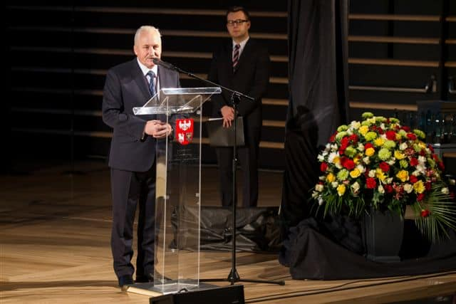Na scenie wicemarszałek Gustaw Brzezin