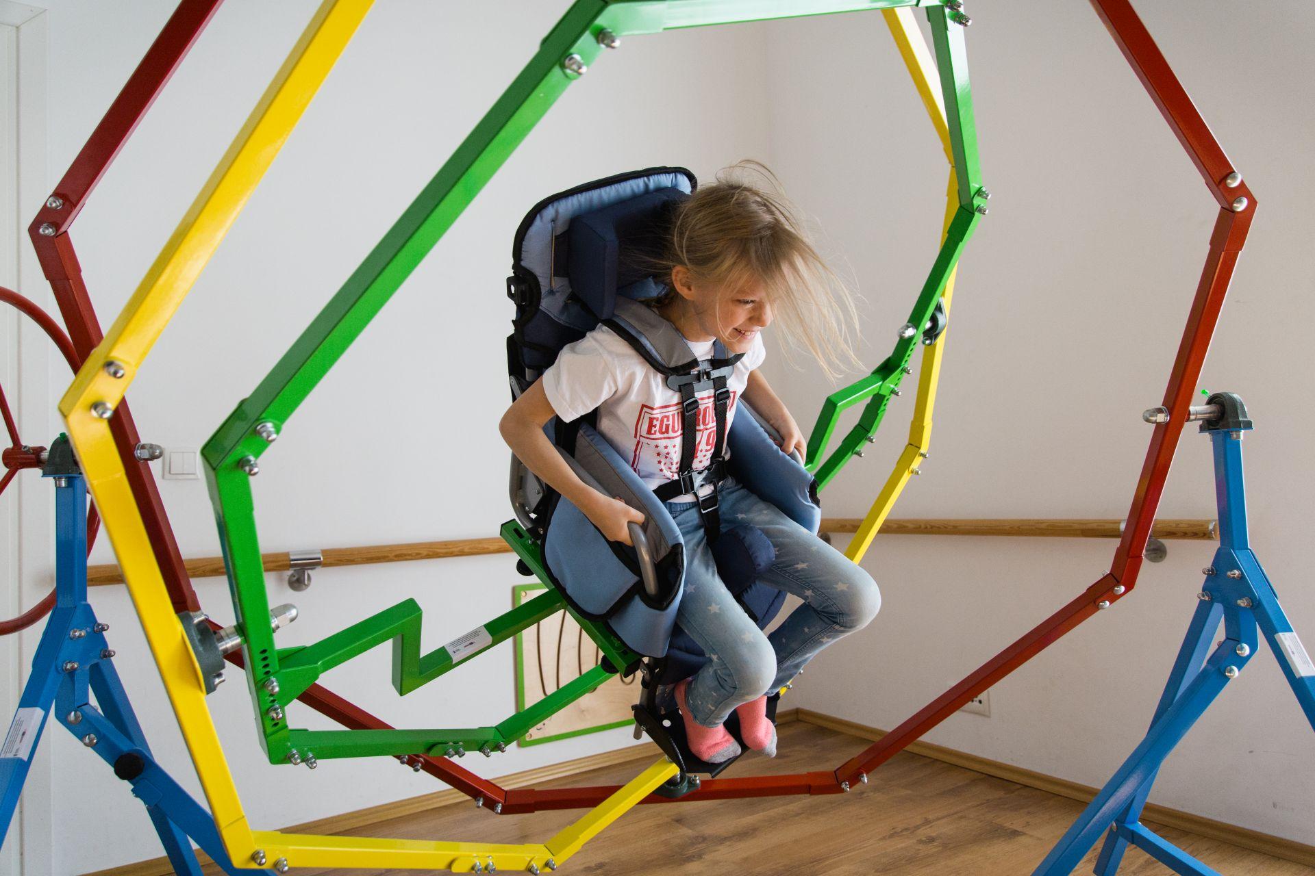 Dziecko w żyroskopie do rehabilitacji