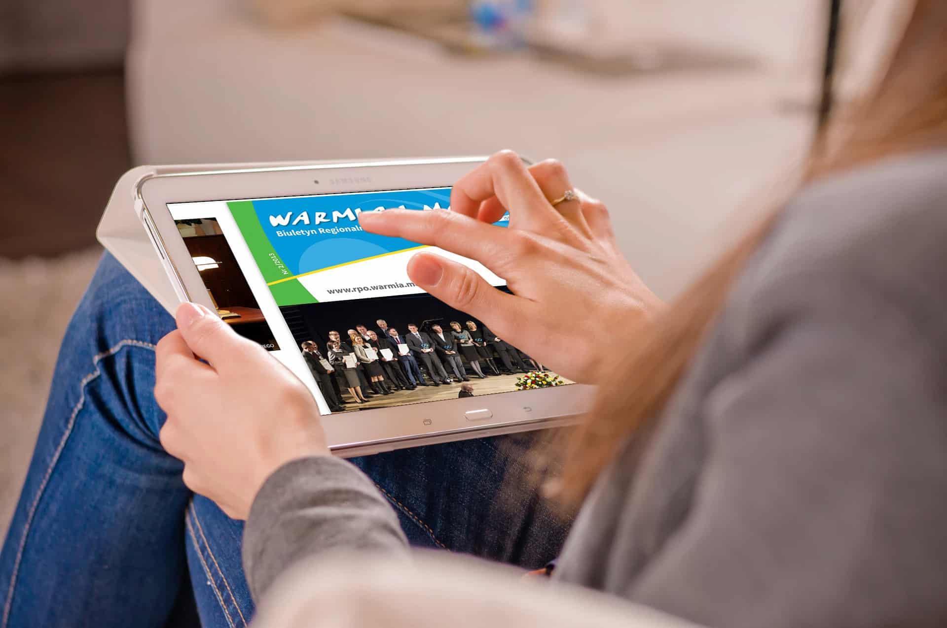 Magazyn Warmia i Mazury przeglądany w podróży na ekranie tabletu